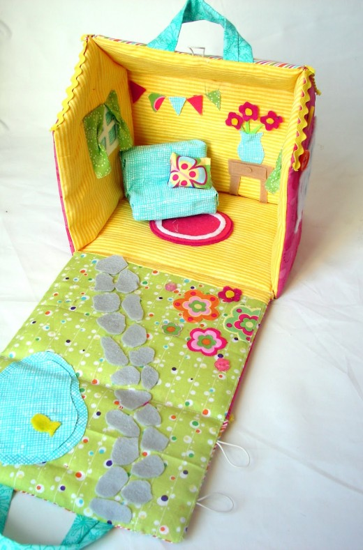 Sew a fabric foldable dolls house