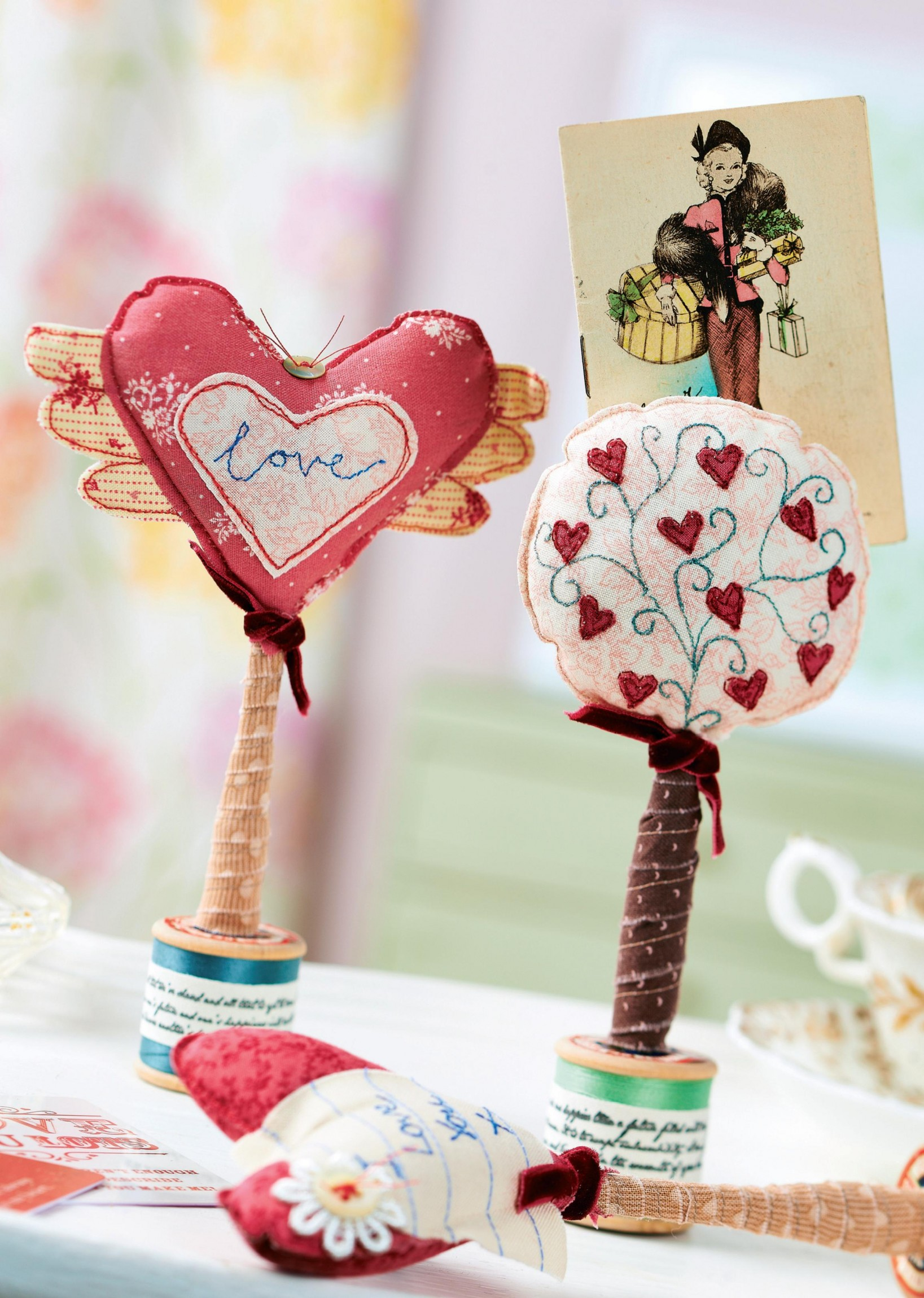 vintage heart-shaped photo holders - free sewing patterns
